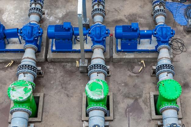 Vue de dessus de la pompe et des pipelines en acier pour la tour de refroidissement dans la zone industrielle