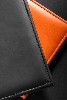 Vue de dessus des portefeuilles en cuir noir et orange