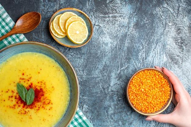 Vue de dessus un pot bleu avec une soupe savoureuse servie avec de la menthe et du poivre