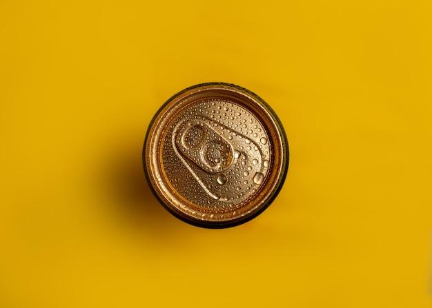 Vue de dessus d'un pot en métal vue de dessus sur jaune