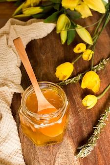 Vue de dessus pot de miel avec des fleurs