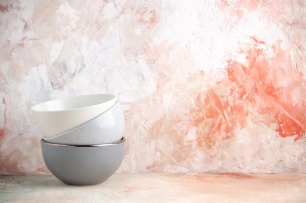 Vue de dessus des pots empilés de différentes couleurs sur le côté droit sur une surface colorée