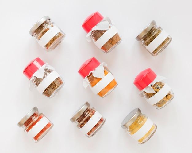 Vue de dessus des pots étiquetés avec des épices