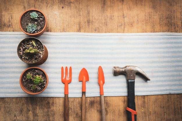 Vue de dessus des pots de fleurs avec des outils de jardinage