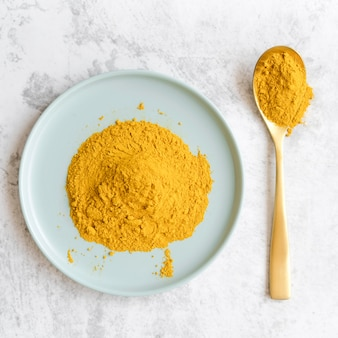 Vue de dessus de poudre alimentaire jaune biologique