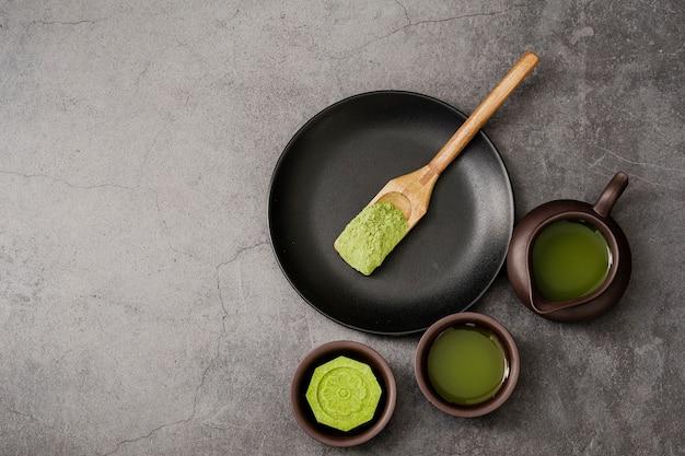 Vue de dessus de la poudre de thé matcha dans une cuillère en bois