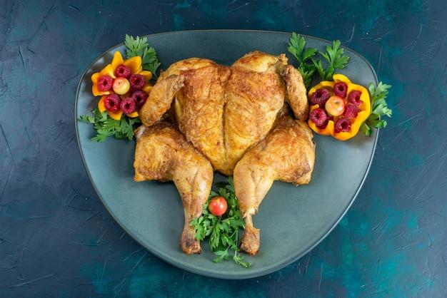 Vue de dessus poulet cuit avec des verts à l'intérieur de la plaque sur le bureau bleu foncé viande de poulet nourriture dîner viande