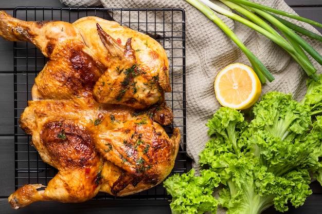 Vue de dessus poulet entier cuit au four