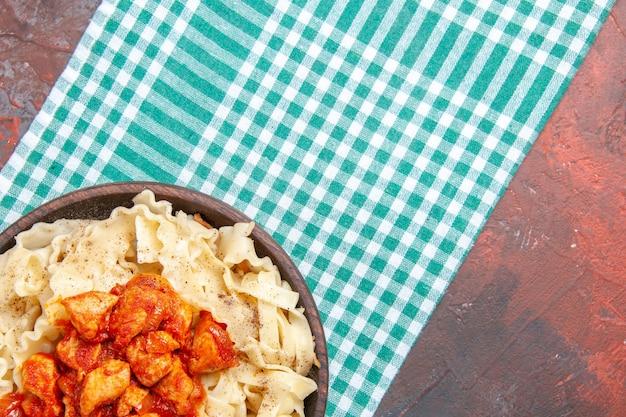 Vue de dessus poulet avec plat de pâtes de pâte sur le plat de pâtes repas de couleur de surface sombre