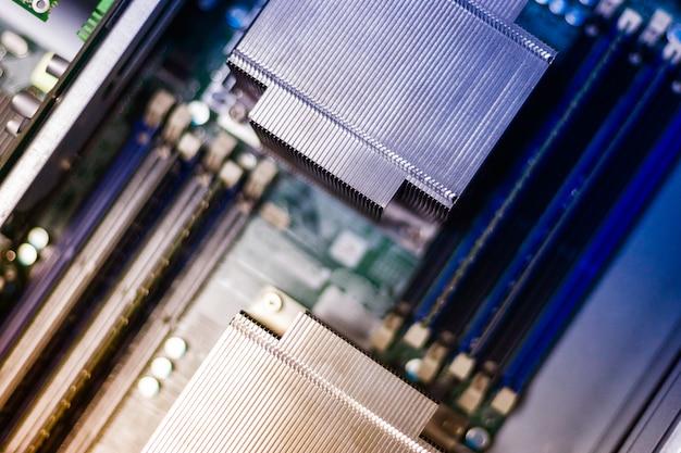 Vue de dessus pour la carte mère du serveur de données. fermer le système de refroidissement du processeur du serveur. tonique.