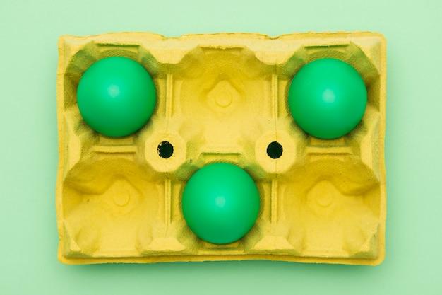 Vue de dessus pour le travail avec des œufs verts