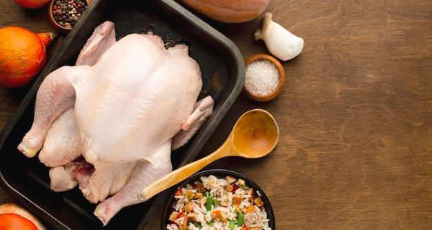 Vue de dessus de la préparation de la dinde pour thanksgiving