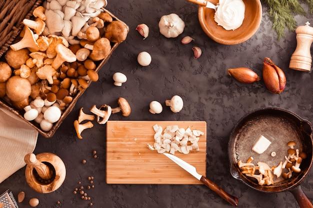 Vue de dessus de la préparation et de la friture de champignons sauvages comestibles