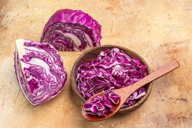 Vue de dessus préparez un bol de chou rouge haché pour la salade de betteraves sur un fond en bois avec copie dans le coin supérieur droit