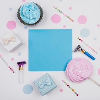 Vue de dessus présente et petit gâteau sur la table