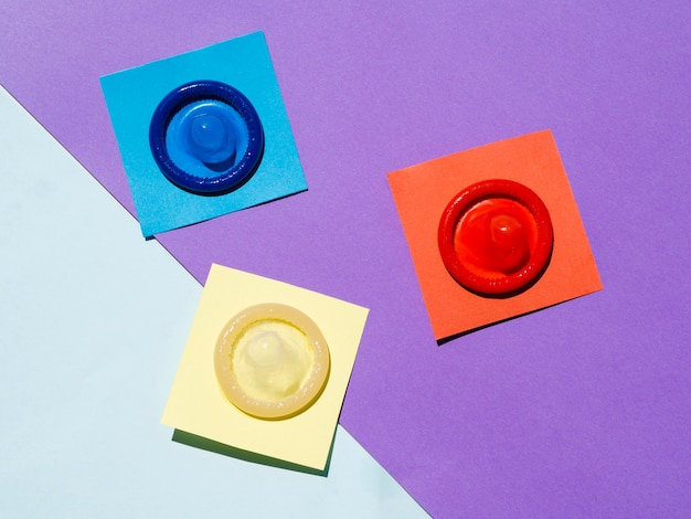 Vue de dessus des préservatifs sur fond coloré