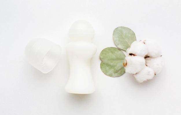 Vue de dessus produit cosmétique avec du coton