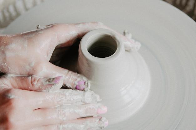 Vue de dessus des produits en argile, sur un potier avec espace copie