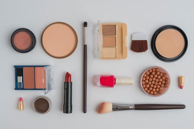 Une vue de dessus de produits de beauté cosmétiques sur fond blanc