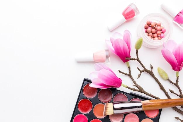 Vue de dessus des produits de beauté avec espace copie