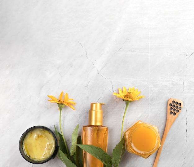 Vue de dessus des produits cosmétiques pour le corps sur fond de marbre