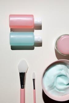 Vue de dessus des produits cosmétiques pour le corps avec fond uni