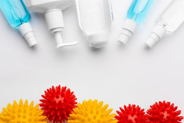 Vue de dessus des produits de désinfection avec des virus