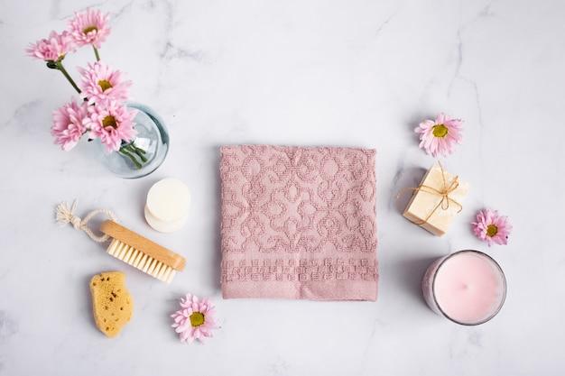 Vue de dessus des produits d'hygiène sur une table en marbre