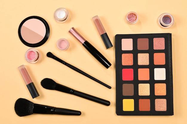 Vue de dessus des produits de maquillage professionnels sur table