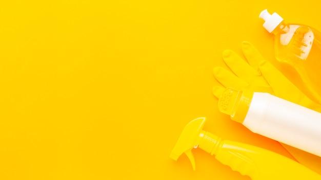 Vue de dessus des produits de nettoyage monochromes
