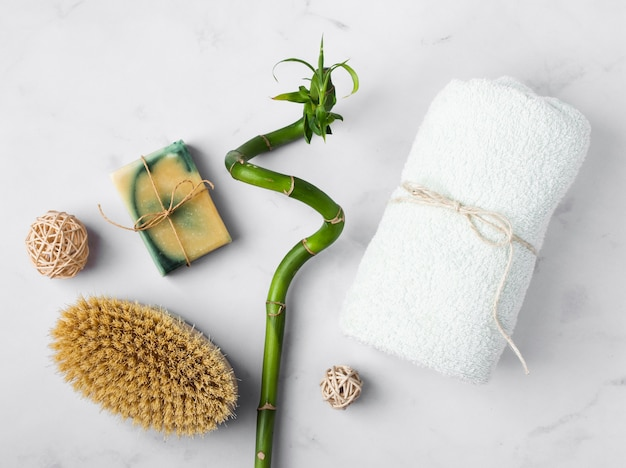 Vue de dessus des produits de santé sur une table en marbre