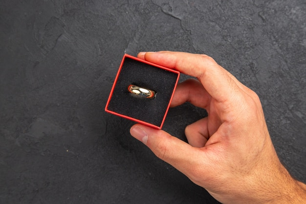 Vue de dessus proposition de mariage concept man hand holding wedding ring in box