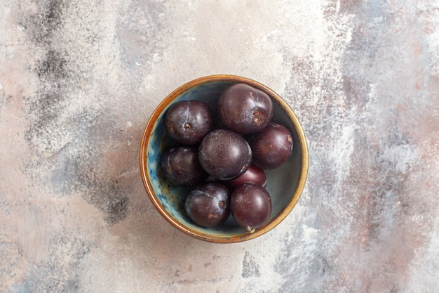 Vue de dessus des prunes fraîches