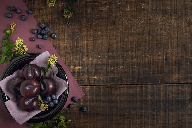 Vue de dessus prunes et myrtilles