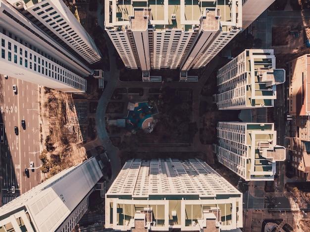Vue de dessus sur quartier avec bâtiments