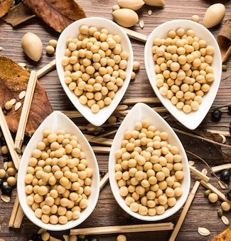 Vue de dessus de quatre bols de soja séchées