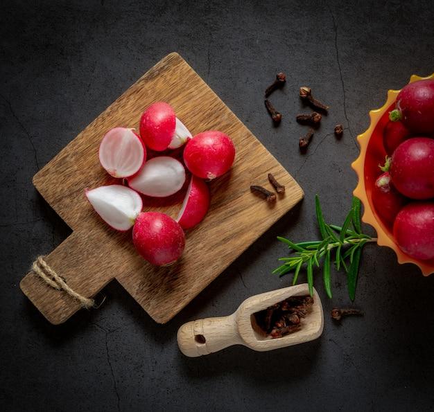 Vue de dessus des radis rouges sur fond dégradé gris