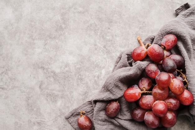 Vue de dessus des raisins biologiques avec espace copie