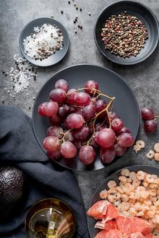 Vue de dessus des raisins biologiques sur plaque