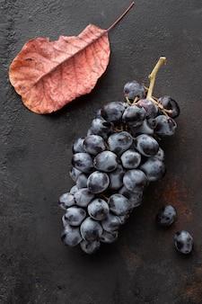 Vue de dessus des raisins et des feuilles