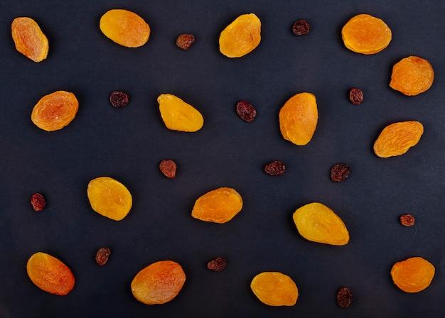 Vue de dessus des raisins secs jaunes isolés sur fond noir