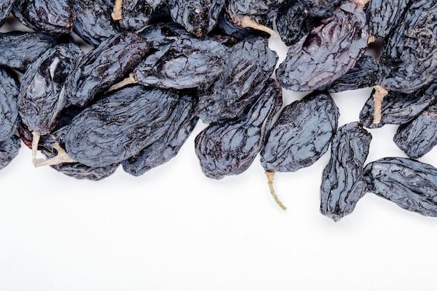 Vue de dessus des raisins secs noirs sur fond blanc