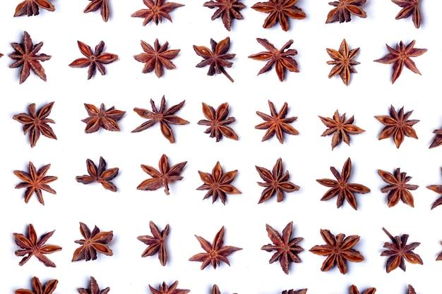 Vue de dessus, rangée de gousses d'anis étoilé aromatiques.