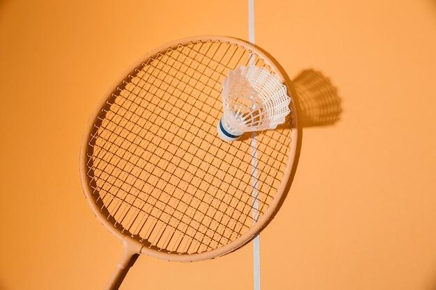 Vue de dessus de la raquette et du volant de badminton
