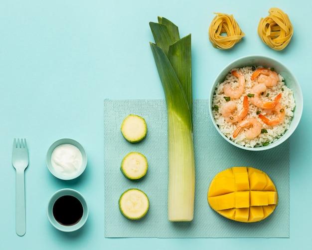 Vue de dessus de régime de légumes et de poisson