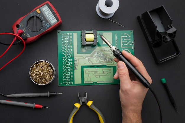 Vue de dessus réparation d'une carte de circuit imprimé