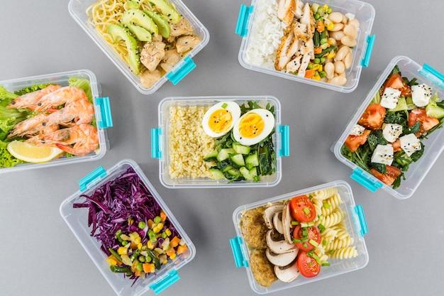 Vue de dessus des repas dans des casseroles avec du riz et des œufs