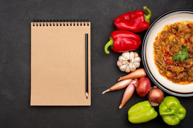 Vue de dessus repas de légumes cuits à l'intérieur de la plaque avec des légumes frais sur le plat de nourriture repas fond gris