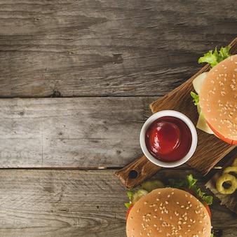 Vue de dessus de la restauration rapide avec sauce tomate