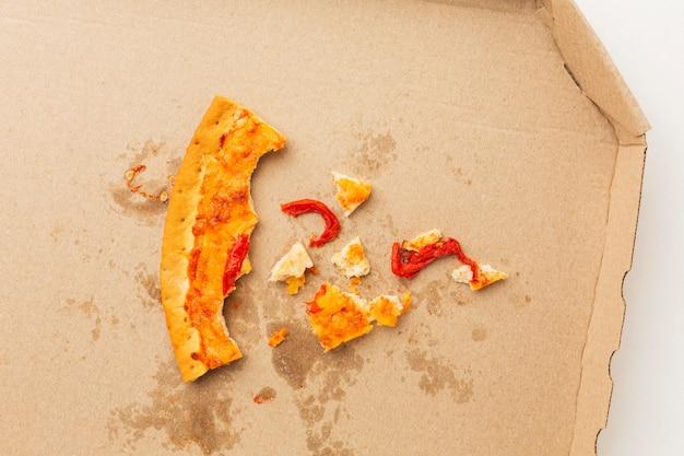 Vue de dessus des restes de pizza